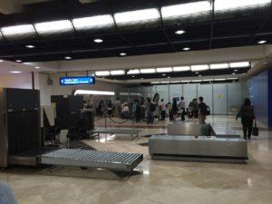 荷物受け取り場の最奥にジャカルタスカルノハット空港の国内線乗り継ぎカウンター