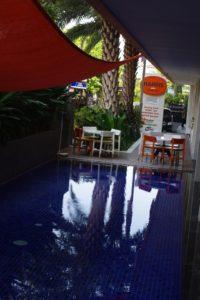 朝食会場向かいのプール