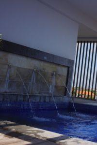 屋上プールには水がでています。