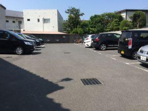 店の裏には10台以上停めれる大きな駐車場があります。回転早いです。