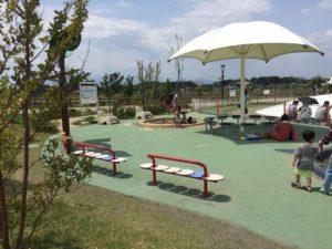 園内にはいたるところにベンチがあります。子供が集中して遊んでいるときにはママは座ってひとやすみできますね。