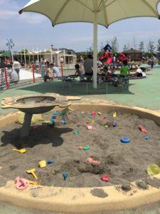 テーブルとイス付きの砂場。初めて見ました。砂場も2つあります。スコップやバケツは備え付けですので自由に使ってOKです。