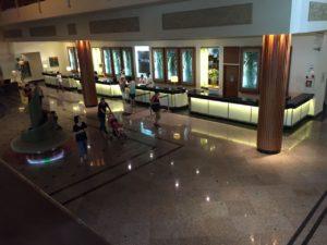 ホテルロビーも巨大です。