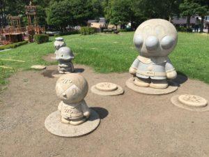 いろいろなところにアンパンマンの石像がおいてあります。