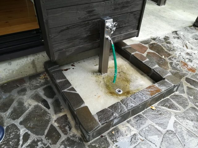 軒先にペット用の洗い場があります