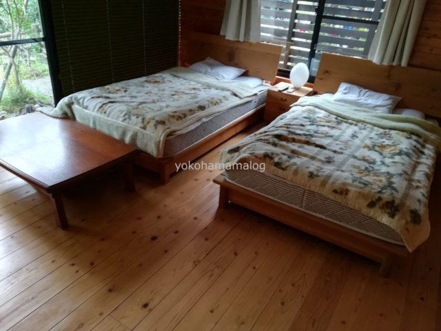 洋室コテージは、板の間にベッド2台がありました。