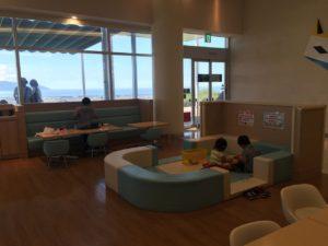 室内にもこどもが遊べるスペースがありました。食べ終わったら自由に遊ばせることもできますね。