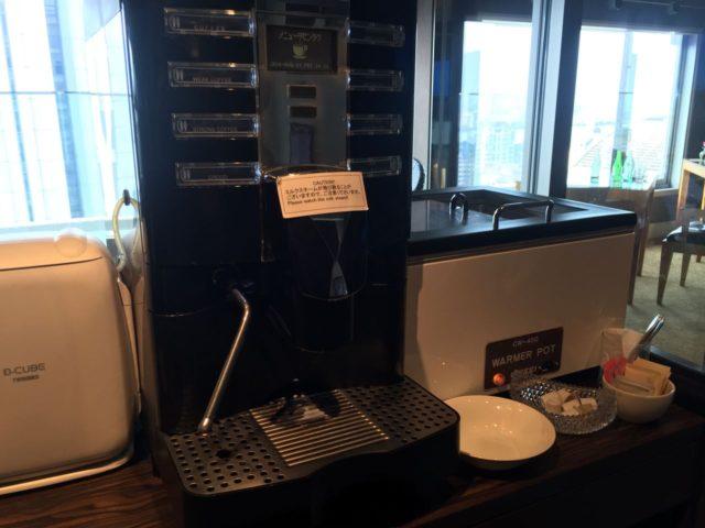 コーヒーメーカー。アイスコーヒーは作れないためオーダーして持ってきてもらいます。