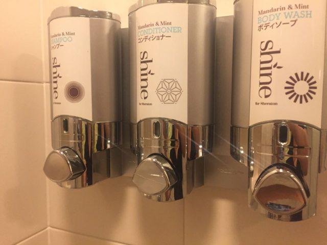 バスルームに備え付けのアメニティ。