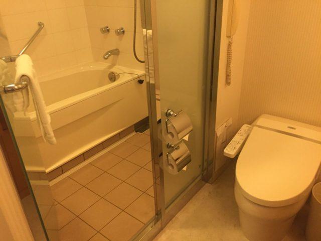 バスルームです。最近のシェラトンはだいたいこの作りのようですね。