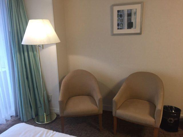 椅子が2つ。エクストラベッドがなければテーブルがあったのだと思います。