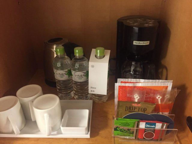 お茶セット。無料のお水が3本ついています。割と普通です。(笑)