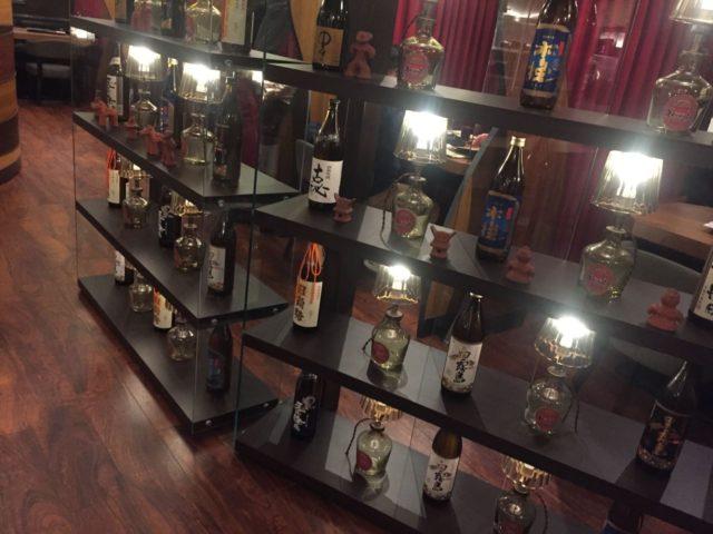 入ってすぐの焼酎棚。宮崎の焼酎銘柄がならびます。