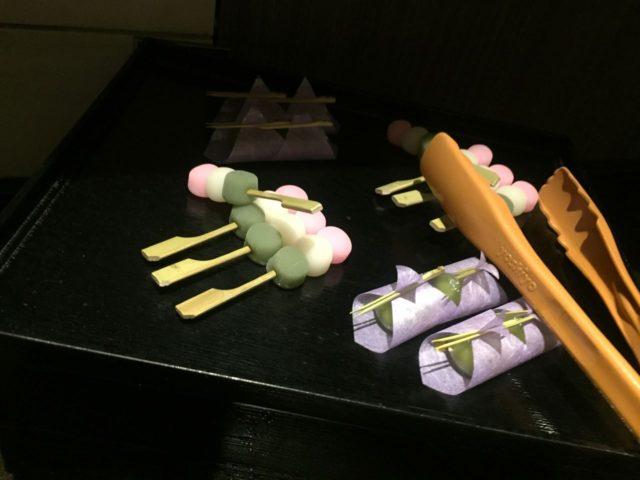 和菓子が置いてあるのは外国人を意識してでしょうか。残念ながらお味はそれほどでも・・・でした。