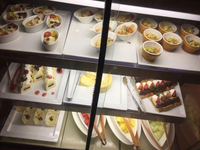 冷菜も3種類ぐらいありました。Sweetsやフルーツもあります。
