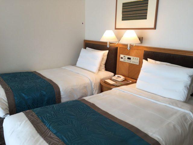 ベッド。120cmサイズぐらいでしょうか。マリオット基準だとちょっと小さく添い寝だと少し手狭感がありました。