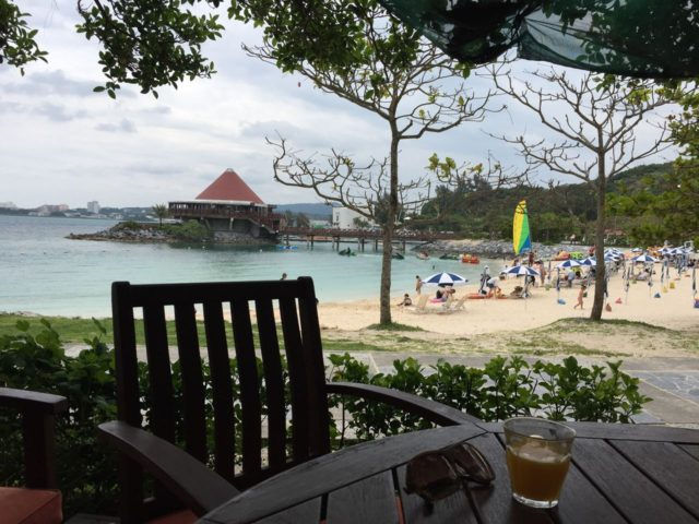 子供をビーチで遊ばせつつ大人はテラス席でまったり。リゾート満喫してました。(笑)
