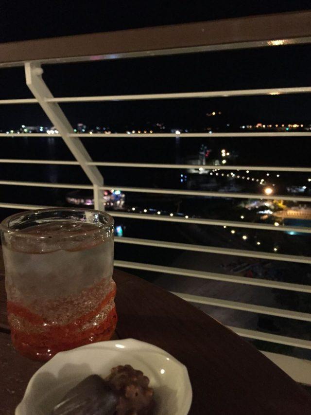テラス席で夜景を眺めながらの一杯。