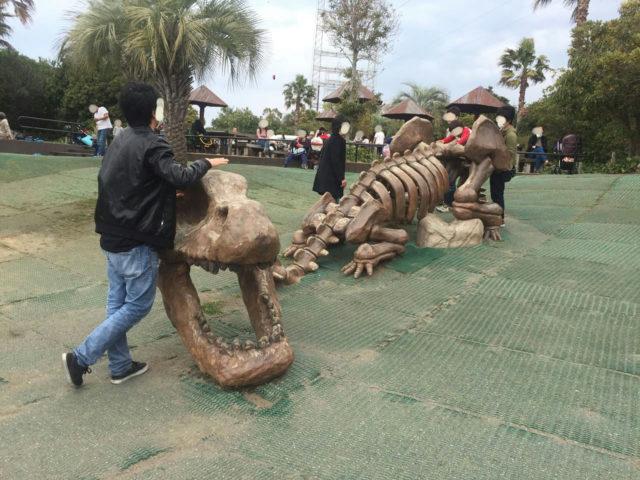 恐竜化石の遊具。ちょっと珍しいです。