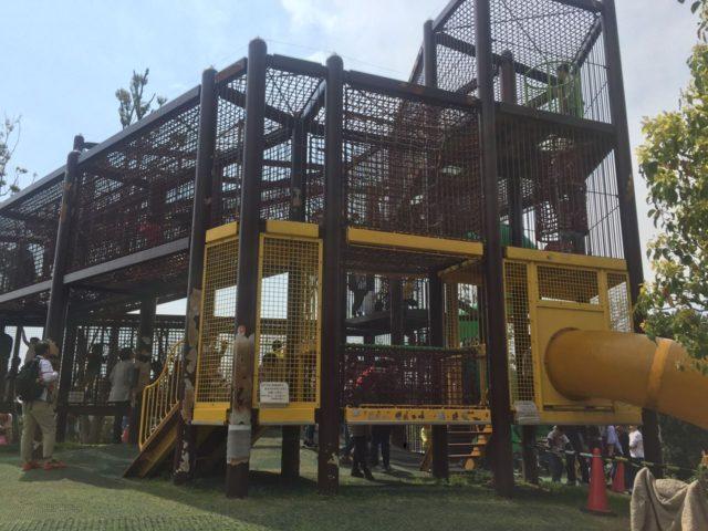 サバンナの遊び場の遊具。3階建てです。
