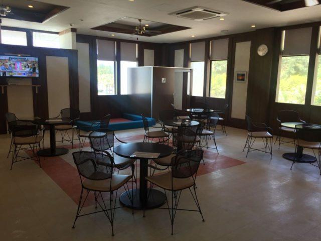 マリオット宿泊者専用の休憩所。エアコンがきいていて快適です。管理棟併設のコンビニでお弁当を買ってこちらで軽い昼食を食べました。