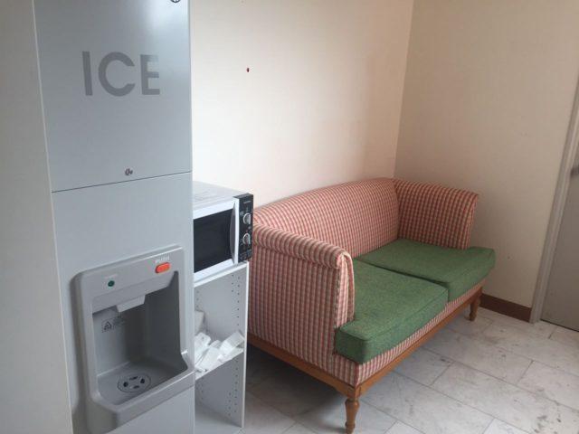 各階にあるICEBOX。電子レンジもあります。ソファーは電子レンジの待ち時間用でしょうか。