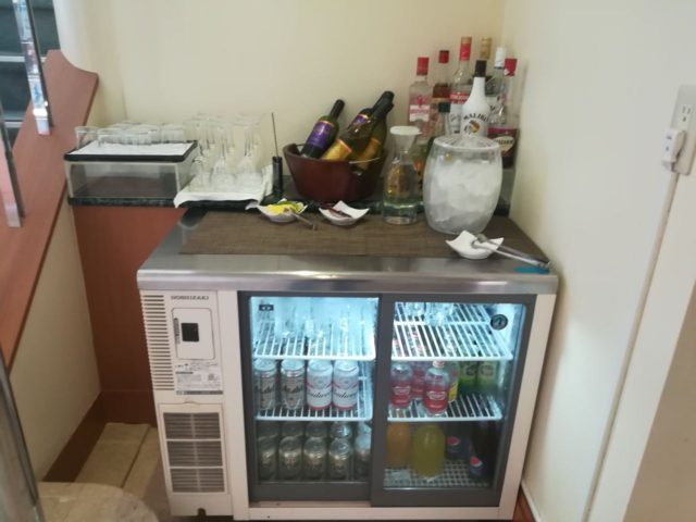 カクテルタイムからアルコールが解禁です。やっぱりスペースが限られているのが悲しいですね。(狭い!)