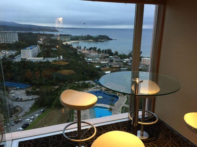 オーシャンのガラステーブルと眺望です。マリオット沖縄で一番の眺望。