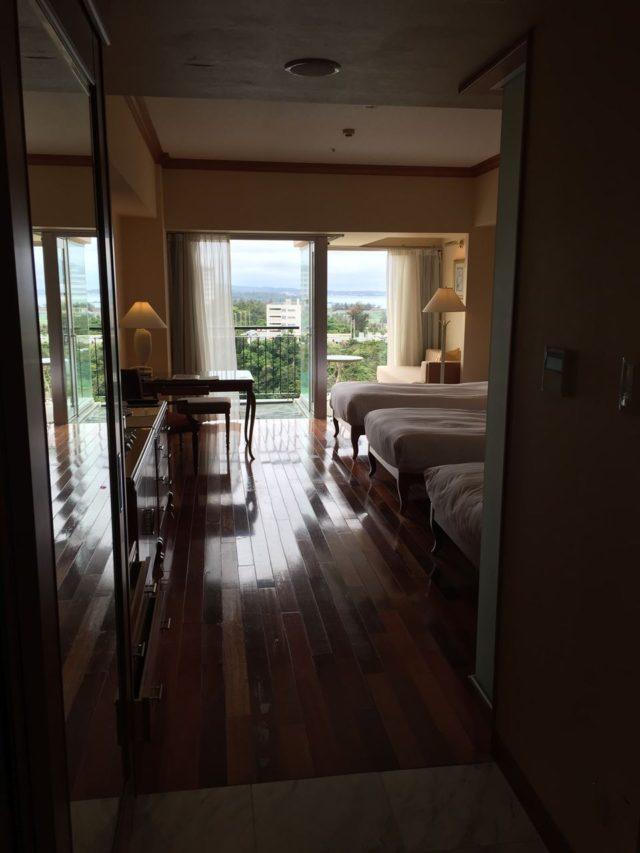 入口からお部屋の眺め。ウッド調のお部屋が落ち着きます。