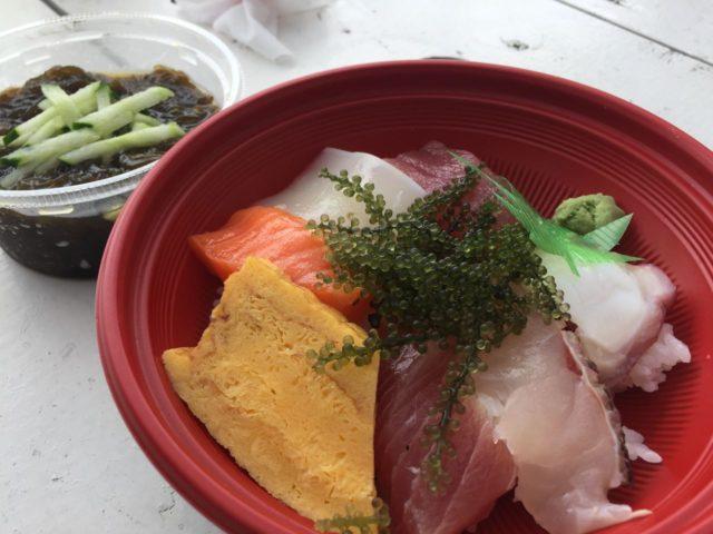 300円のお買い得海鮮丼がおいしいのはもちろんですが、特におススメはモズクです。これまでのモズク感が覆される美味しさでした。