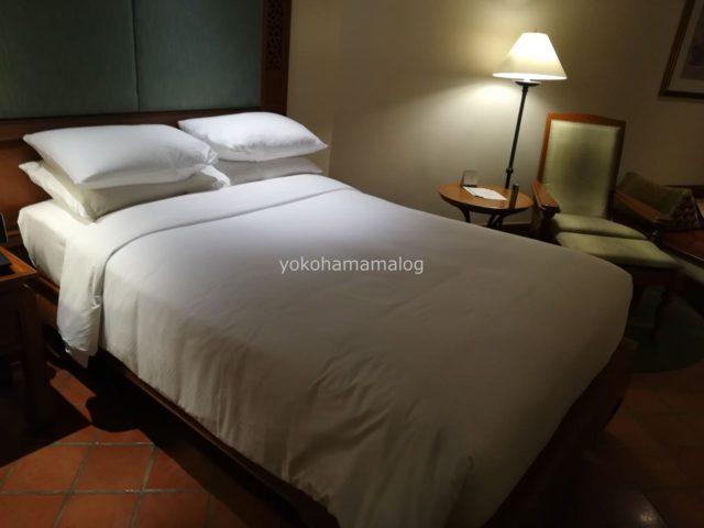 アジアらしく木製のベッドです。全く動かないぐらい重いです。