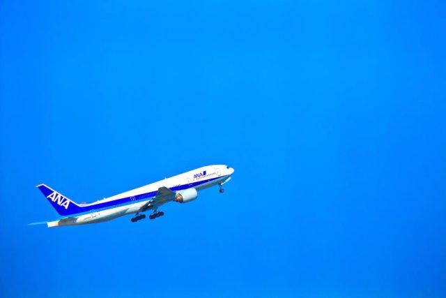 飛び立つ飛行機