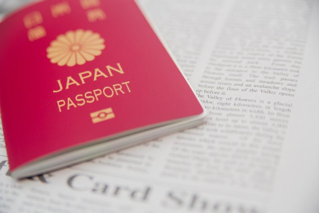 パスポートと英文の新聞