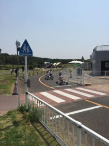 足でこぐタイプのゴーカート。もちろん無料で楽しめます。辻堂海浜公園の花形!