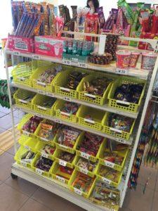 売店には駄菓子も売っています。ほんとうに公園の中だけで一日過ごせますね。
