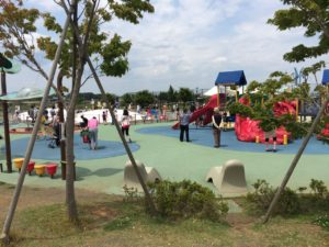 小さな子供向けの複合遊具。これだけでも普通の公園の大型複合遊具サイズです。
