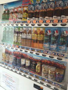 ジュースの自動販売機。値段もお手頃価格です。