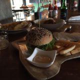 お店の看板メニューの「クラシックWACHOバーガー」夜にハンバーガーもどうかと思いましたが、やっぱり美味しい!!