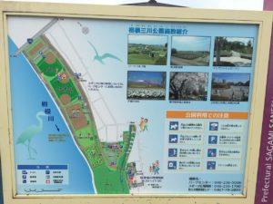 広大な公園ですが、こども向けの遊具と水遊びができる小川は南側。