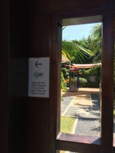 入口の扉は子供が勝手に出ないように届かない位置に鍵がかかっています。自分で鍵を開けて入ります。