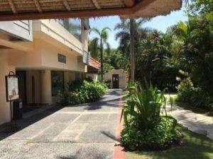 左側が朝食ビュッフェ会場の裏口、正面がキッズクラブの入口です。