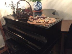 グランドピアノもおいています。ただこの状況だとほとんど使っていませんね。(笑)