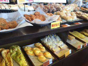 パンだけでなく大きめのコロッケなども販売していました。