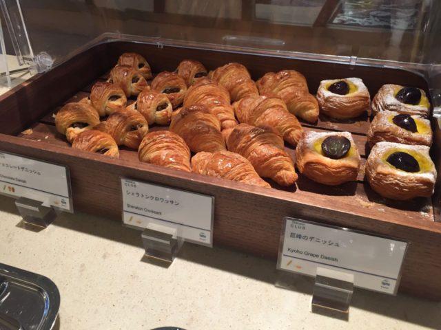 お昼頃までは3種類のパンが置いてあります。3種類とも食べてしまうと軽い昼食になりますね。