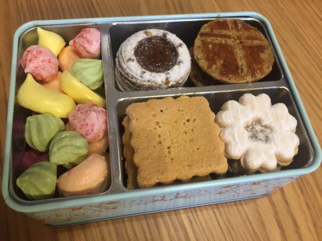 箱の中身は宝石箱のようなクッキーの詰め合わせです。