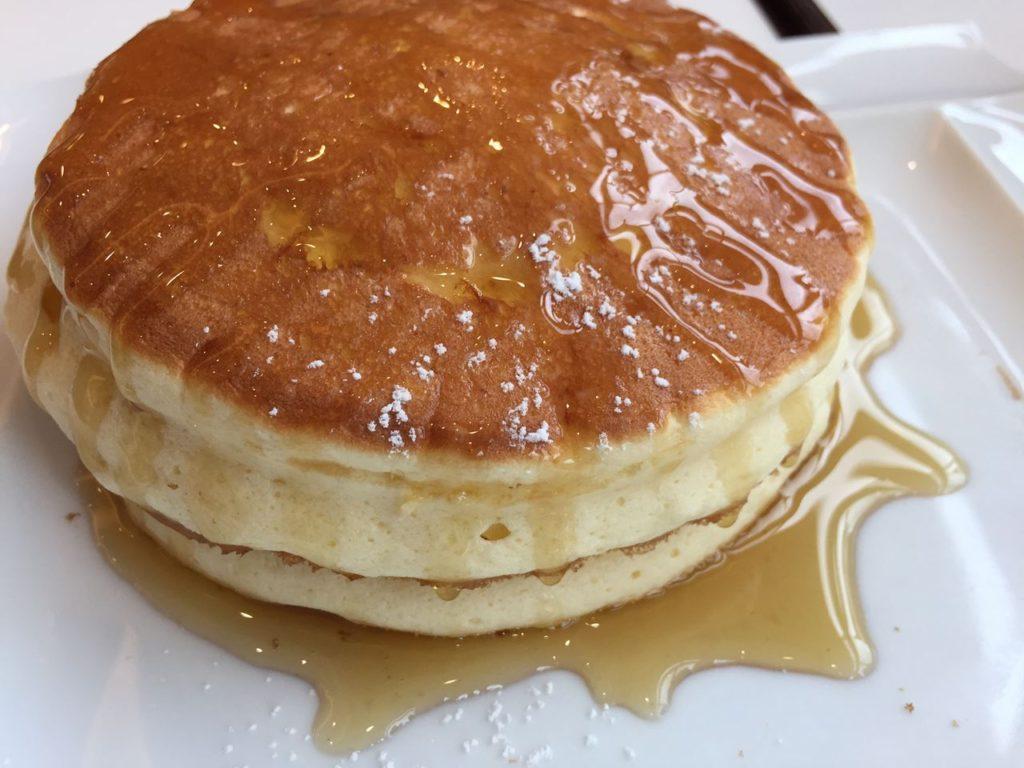 パンケーキにメープルシロップをたっぷりかけていただきます。