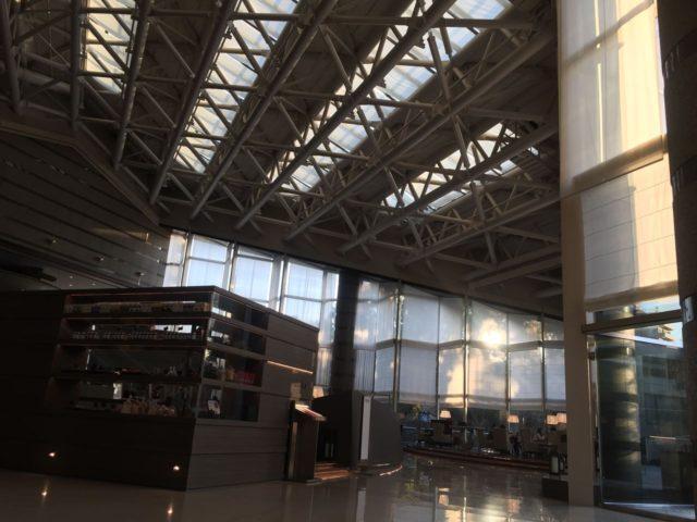 東京マリオットのメインエントランス入ってすぐの「ダイニングG」で朝食です。総吹抜けで解放感あります。