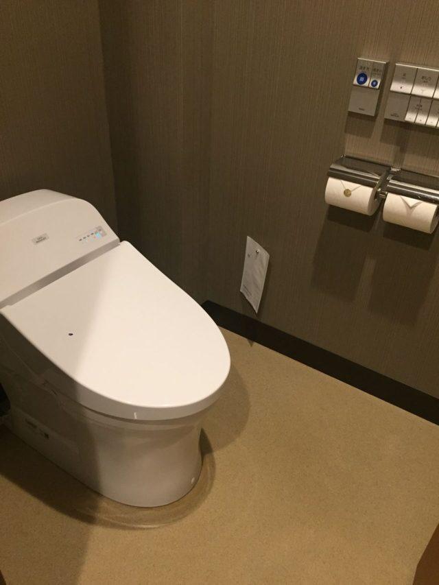 十分に広いセパレートタイプのトイレ。