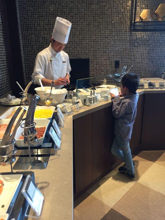 ホテル朝食と言えばエッグステーション。長男は3回オムレツをおかわりしました。