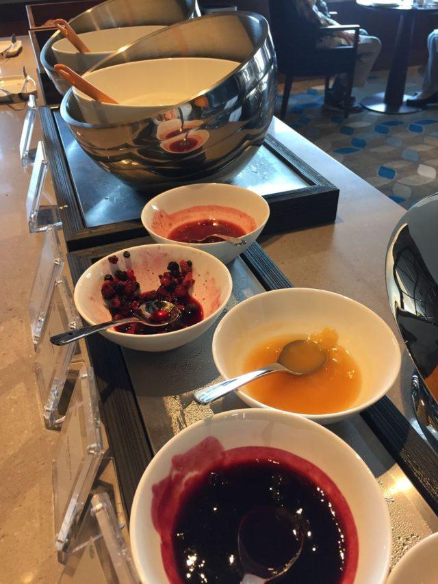 ヨーグルト。デザートはほかにもフルーツがありました。